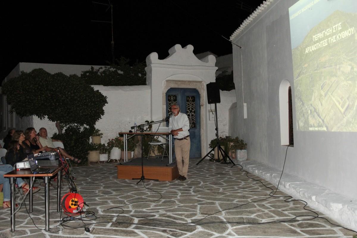 Ομιλία του Αλέξανδρου Μαζαράκη Αινιάνος σε πλατεία της Χώρας Κύθνου τον Ιούλιο του 2014 (φωτ. Γιώργος Χιώτης).