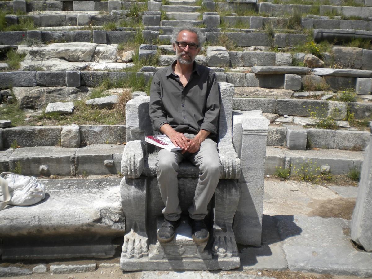 Ο Αλέξανδρος Μαζαράκης Αινιάν στο θέατρο της αρχαίας Πριήνης, 2011 (φωτ. Αλεξάνδρα Αλεξανδρίδου).