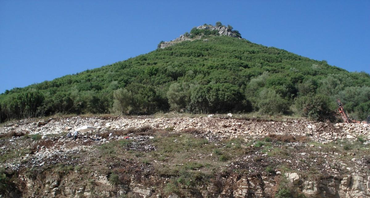 Μία νέα αρχαιολογική θέση εντοπίστηκε στην απόκρημνη πλαγιά λόφου, στην ευρύτερη περιοχή του Αμμοτόπου Άρτας (φωτ. Εφορεία Αρχαιοτήτων Άρτας).
