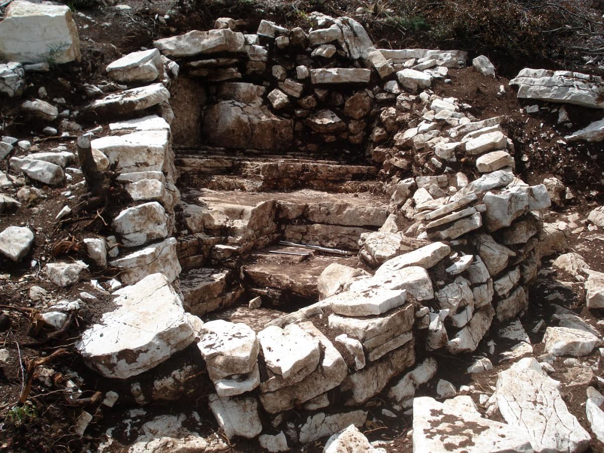 Κτιριακά κατάλοιπα στην ευρύτερη περιοχή του Αμμότοπου Άρτας (φωτ. Εφορεία Αρχαιοτήτων Άρτας).