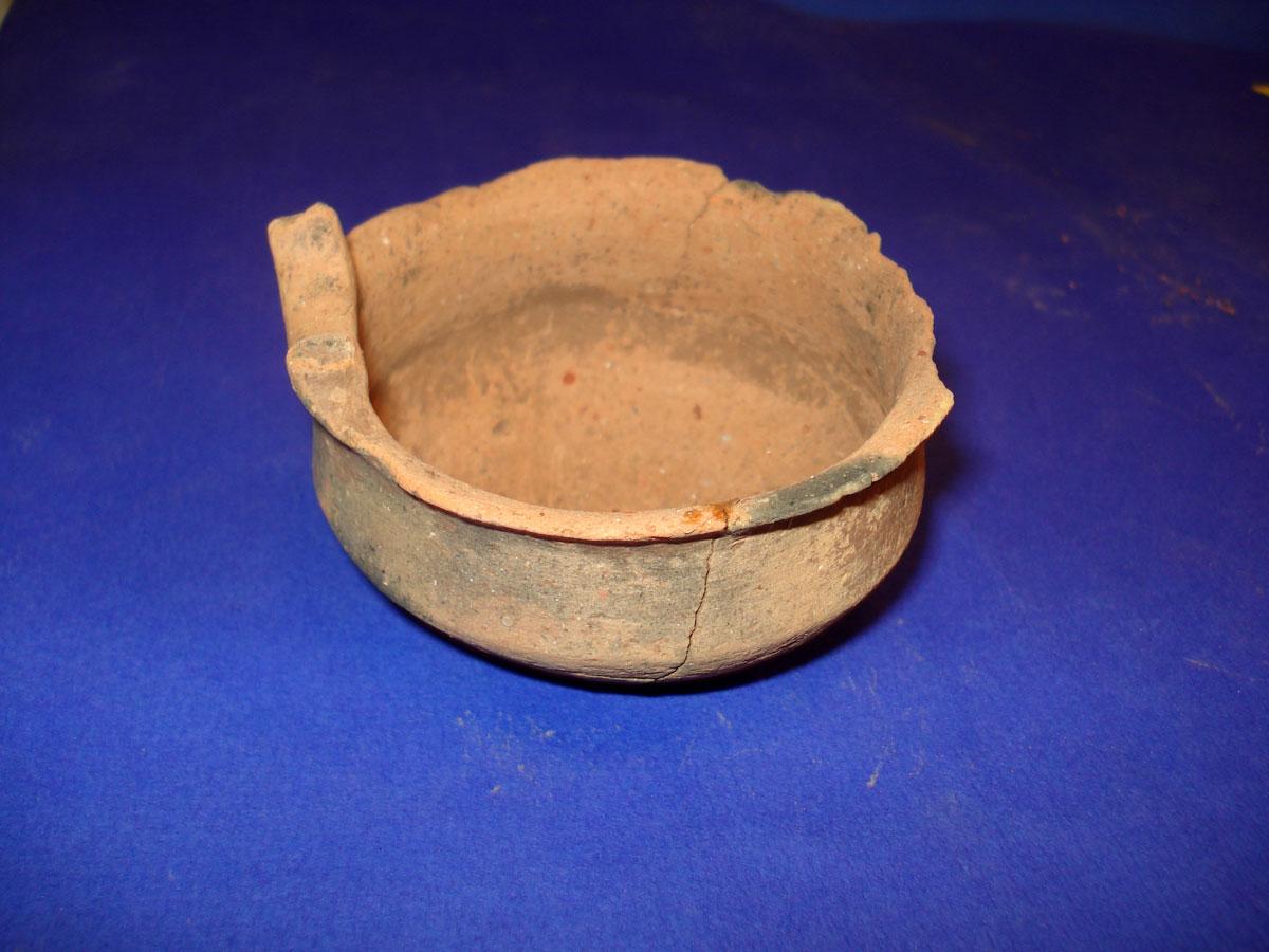 Αμμότοπος Άρτας: αγγείο πόσεως που βρέθηκε στον τάφο (φωτ. Εφορεία Αρχαιοτήτων Άρτας).