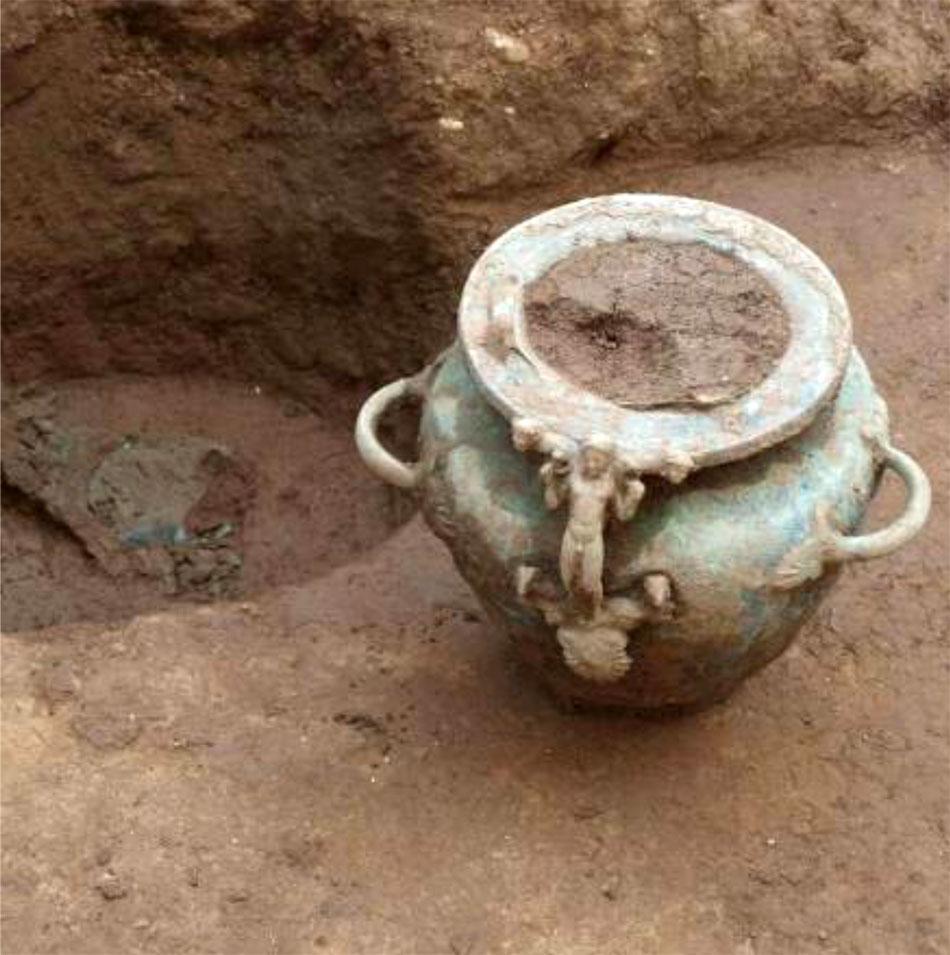 Χάλκινη τεφροδόχος υδρία με πλαστική σύνθεση στην κάθετη λαβή (φωτ. Εφορεία Αρχαιοτήτων Άρτας).