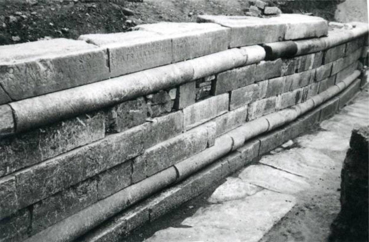 Όψη του Πολυανδρίου. Διακρίνεται η αρχαϊκή επιγραφή στο ανώτερο τμήμα (φωτ. Εφορεία Αρχαιοτήτων Άρτας).