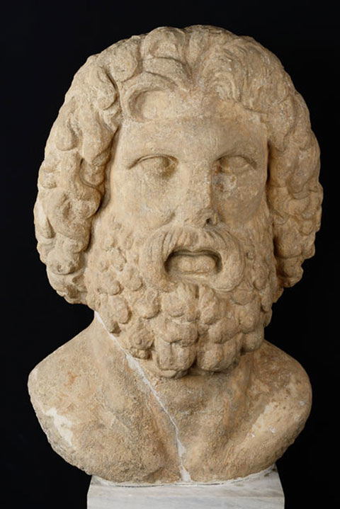 Κολοσσική κεφαλή Διός, εύρημα της περιοχής του Ολυμπιείου, α΄ μισό 2ου αιώνα μ.Χ. (αρ.κατ. Θ 234).