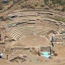 Αρχαία θέατρα Καρθαίας και Καλυδώνας: έτοιμες οι μελέτες για την ανάδειξή τους