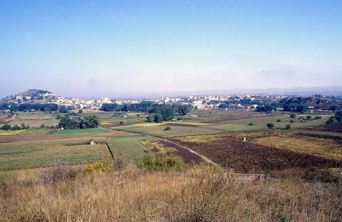 Εικ. 1. Γενική άποψη του Διδυμοτείχου. Αριστερά φαίνεται το βυζαντινό κάστρο και δεξιά ο λόφος της «Αγίας Πέτρας».