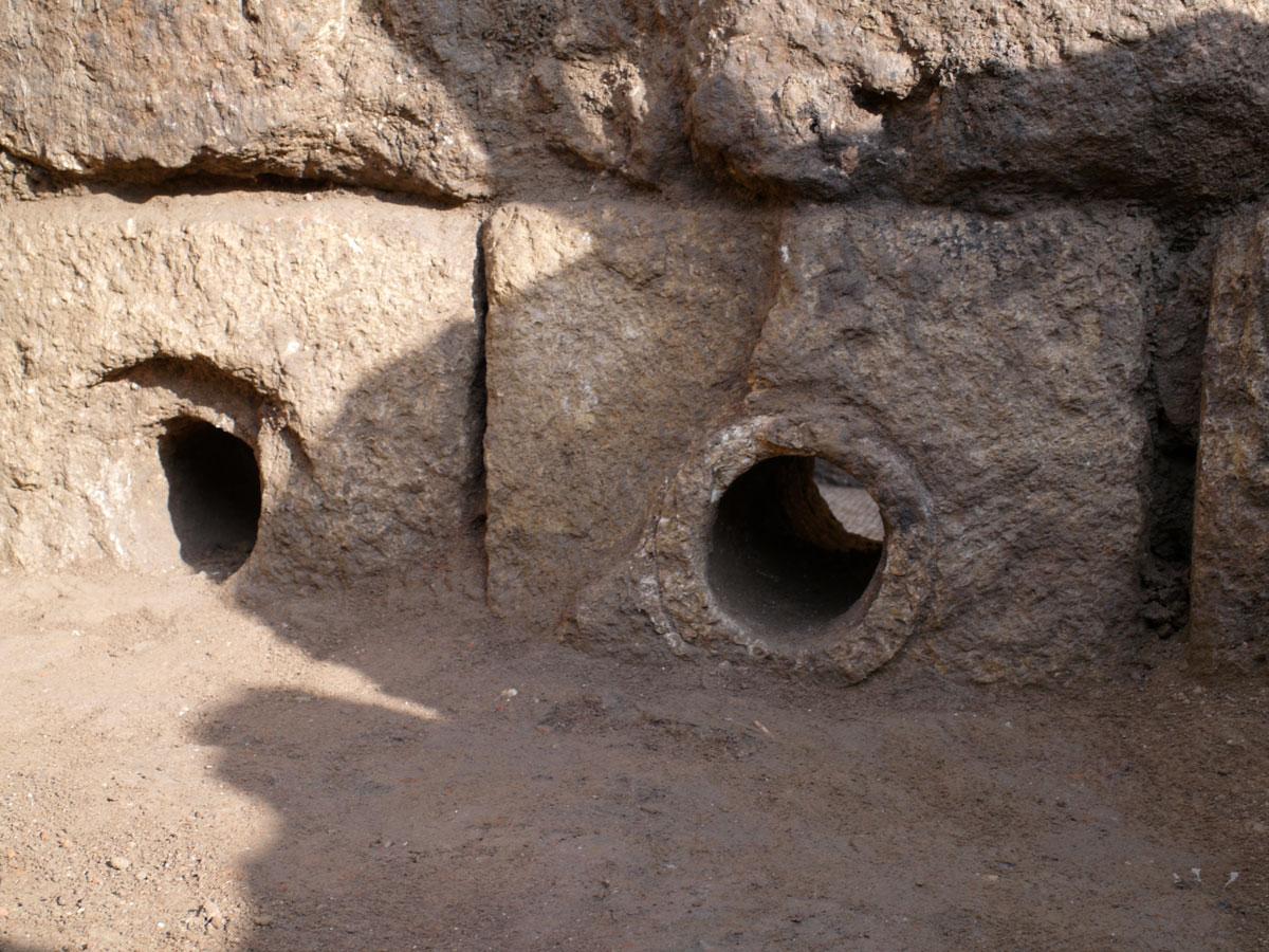 Εικ. 38. Γωνιόλιθοι με διαμπερείς οπές στο κέντρο τους από προγενέστερο σύστημα αποχέτευσης ρωμαϊκών χρόνων.