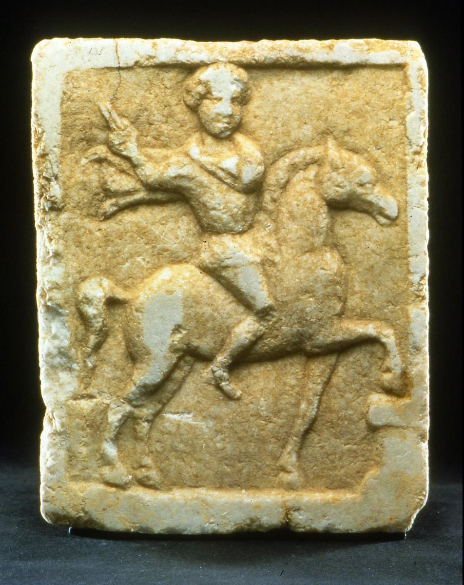 Εικ. 4. Μαρμάρινο πλακίδιο με ανάγλυφη παράσταση «Θράκα Ιππέα».