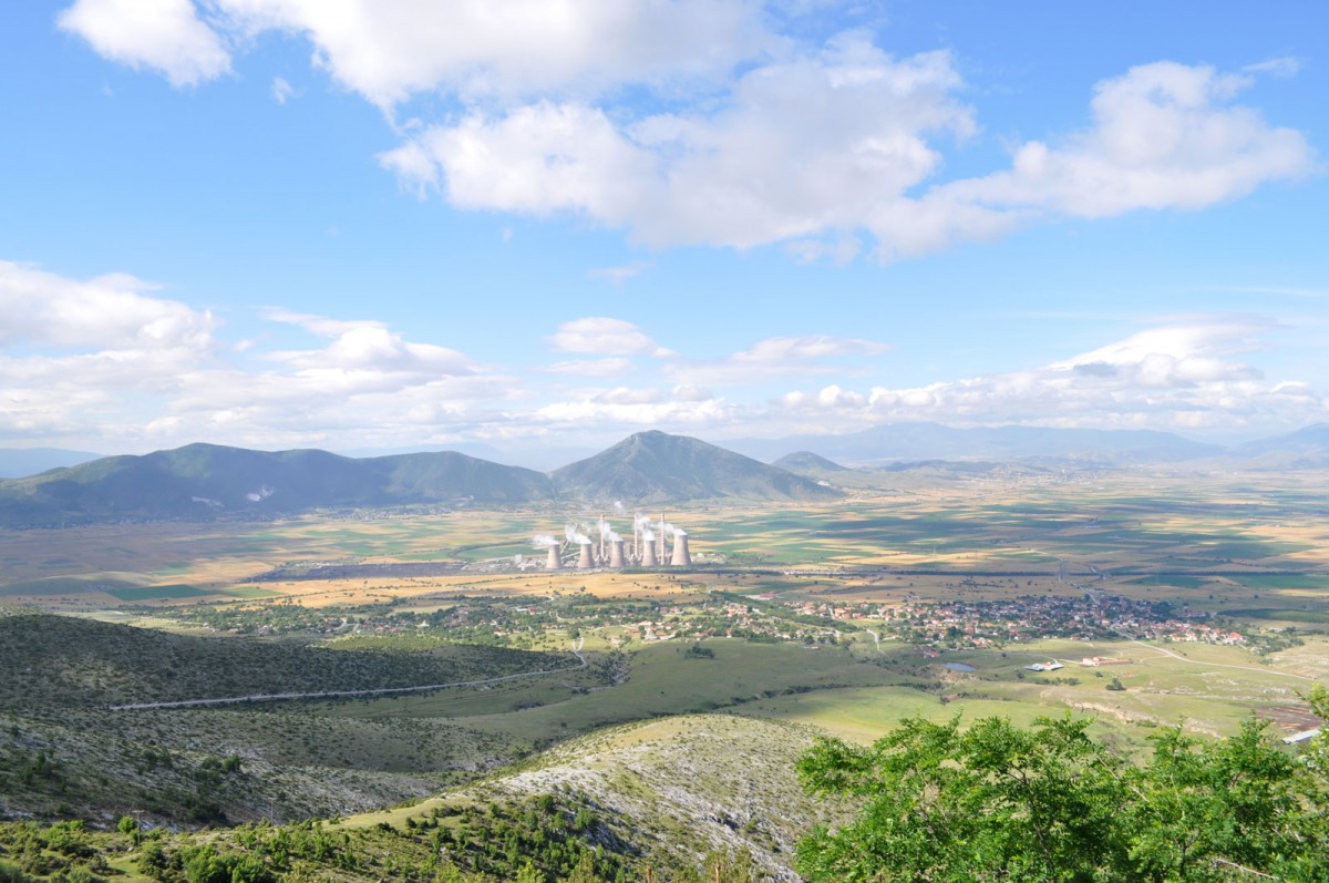 Εικ. 1. Άποψη της κοιλάδας της Κίτρινης Λίμνης (Σαριγκιόλ), από βόρεια. Στο βάθος αριστερά, ο νεολιθικός οικισμός της «Τούμπας Κρεμαστής Κοιλάδας» και στο μέσο ο ΑΗΣ Αγίου Δημητρίου.