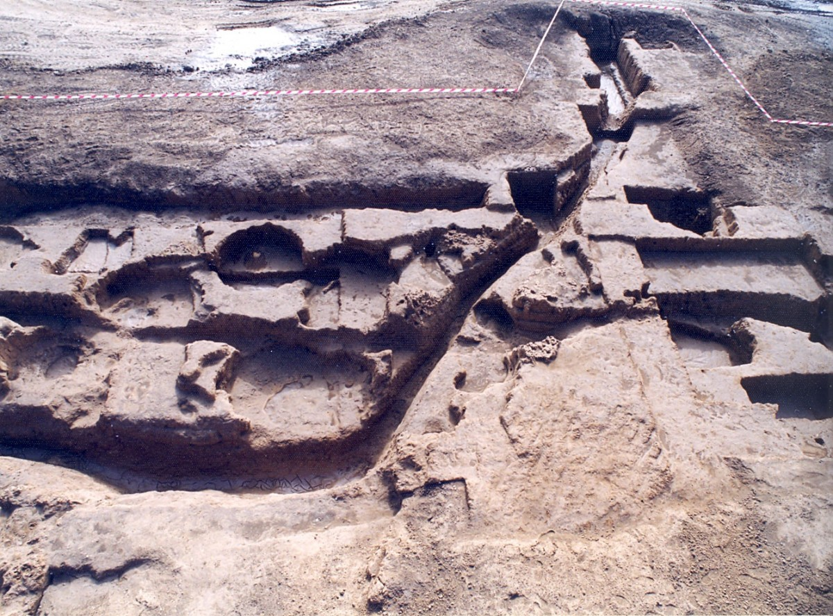 Εικ. 2. Τάφροι και λάκκοι στα βορειοανατολικά όρια του νεολιθικού οικισμού της Τούμπας Κρεμαστής Κοιλάδας.