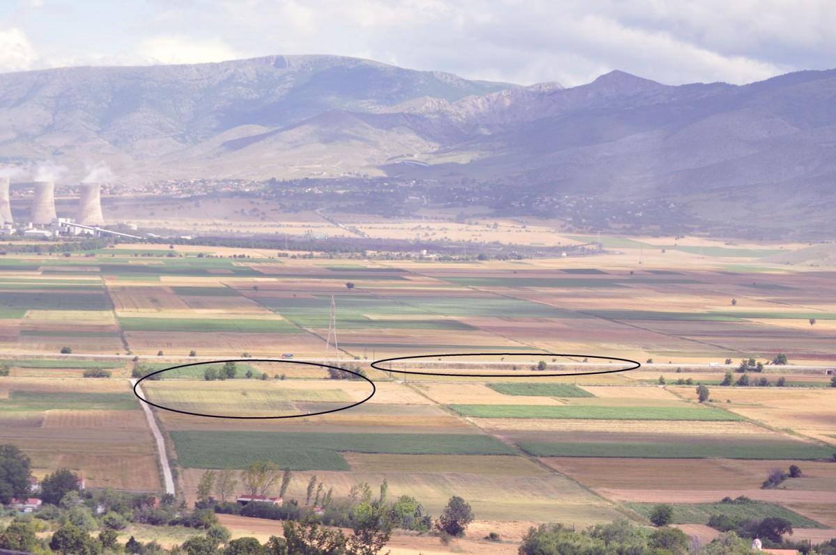 Εικ. 5. Άποψη του νεολιθικού οικισμού της θέσης «Τούμπα Κρεμαστής Κοιλάδας» (αριστερά) και της ανασκαφής στα βορειοανατολικά όριά του (δεξιά).
