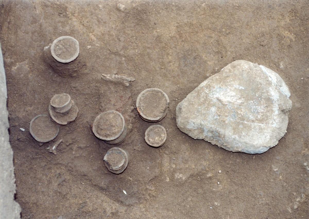 Εικ. 6. Λάκκος (αα 389) με κατάλοιπα τελετουργίας (μικρογραφικά αγγεία και μυλόλιθος).