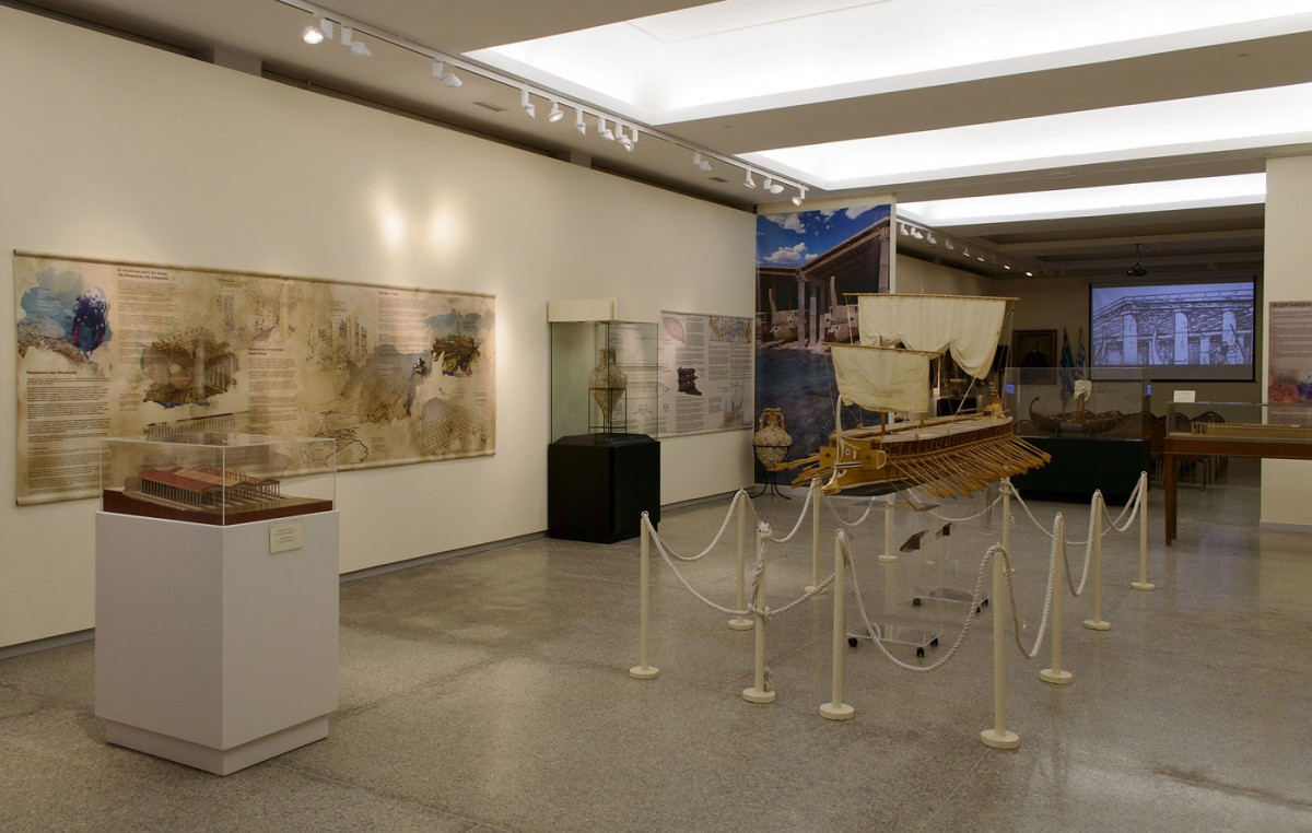 Στην έκθεση «Πειραιάς: Το λιμάνι των τριήρων» ζωντανεύει για τους επισκέπτες η ιστορία και λειτουργία των νεωρίων του αρχαίου Πειραιά.
