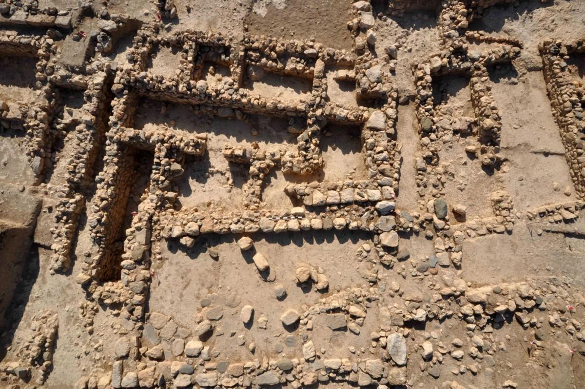 Εικ. 16. ΥΜ ΙΙΙ Ορθογώνιο Μεγαροειδές κτίριο και ΜΜ Ι Ταφικό κτίριο 1 από δυτικά.