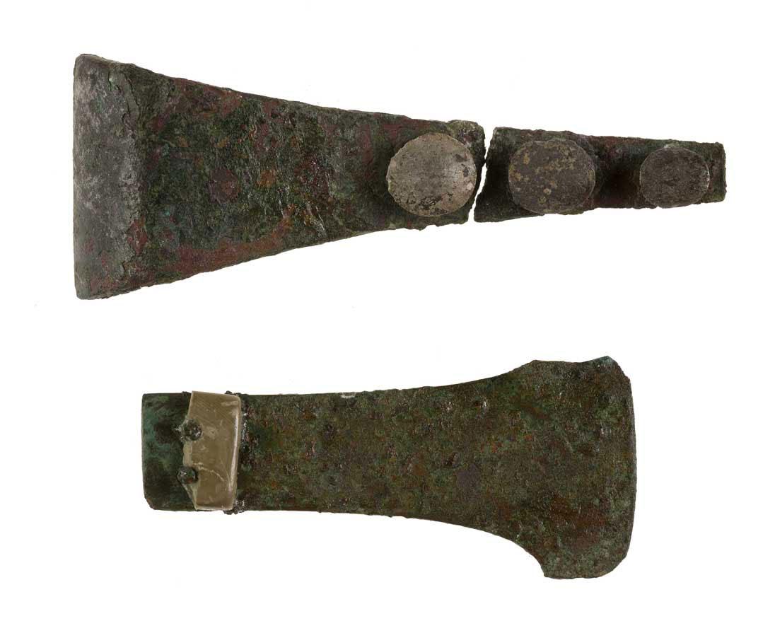 Εικ. 7. Χάλκινα εργαλεία καλλωπισμού από το νεκροταφείο του Πετρά.