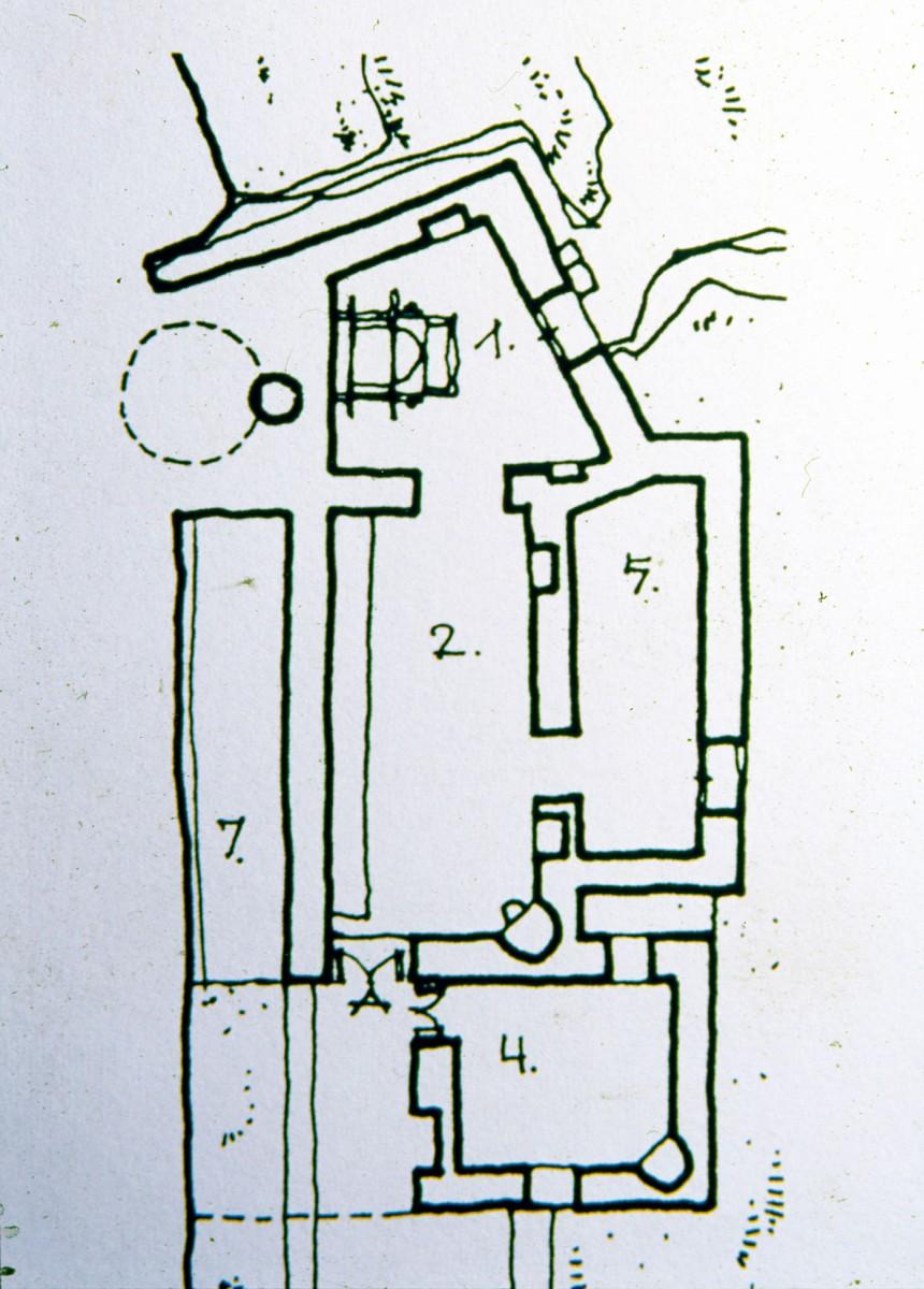 Εικ. 14. Κάτοψη νερόμυλου Μυλοπόταμου: 1. Εργαστήρι του μύλου. 2. Αποθήκη αλεσμάτων και χώρος πελατών. 4. Κουζίνα. 5. Κάμαρα (υπνοδωμάτιο) του σπιτιού. 7. Κουτούντο (ο χώρος ανάμεσα στο κτίσμα και το βουνό όπου συγκεντρωνόταν η φυσική υγρασία και υπήρχε σε όλα τα κτήρια του νησιού).