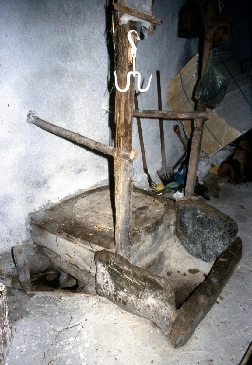 Εικ. 9. Η εγκλωβισμένη καταριά και η πέτρινη κασέλα.