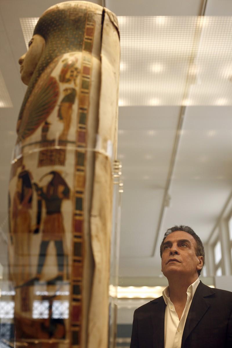 Ο Νίκος Καλτσάς στην Αιγυπτιακή Συλλογή του Εθνικού Αρχαιολογικού Μουσείου.