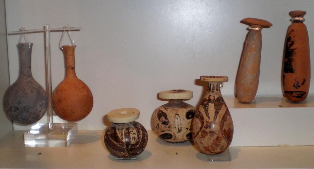 Μικρά αγγεία μεταφοράς αρωματικών ελαίων. Αρχαιολογικό Μουσείο Άρτας.