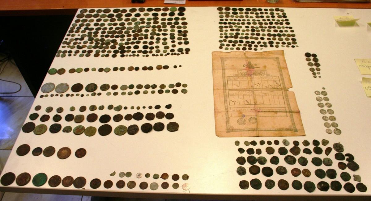 Μέρος από τις αρχαιότητες που είχε στην κατοχή του ένας 69χρονος στην Καβάλα (φωτ. Ελληνική Αστυνομία).