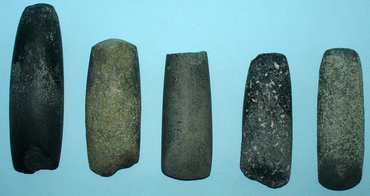Εικ. 2. Τριπτά εργαλεία με κόψη (πελέκεις, αξίνες).