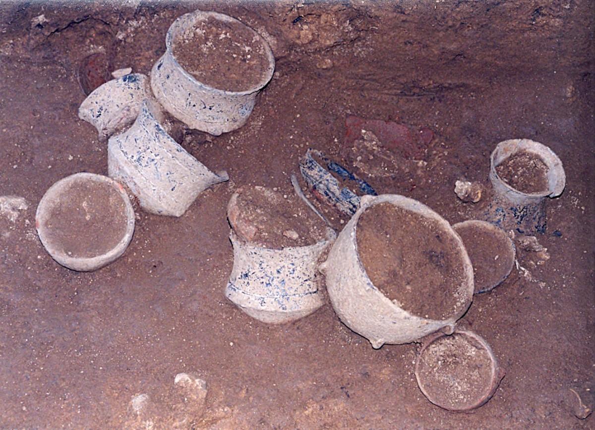 Εικ. 8. Μικρός λάκκος (αα 387) με κατάλοιπα τελετουργίας, πιθανόν ταφικής (πολλά αγγεία, κανονικά και μικρογραφικά, μυλόλιθο, οστά ζώων και ανθρώπινο οστό).