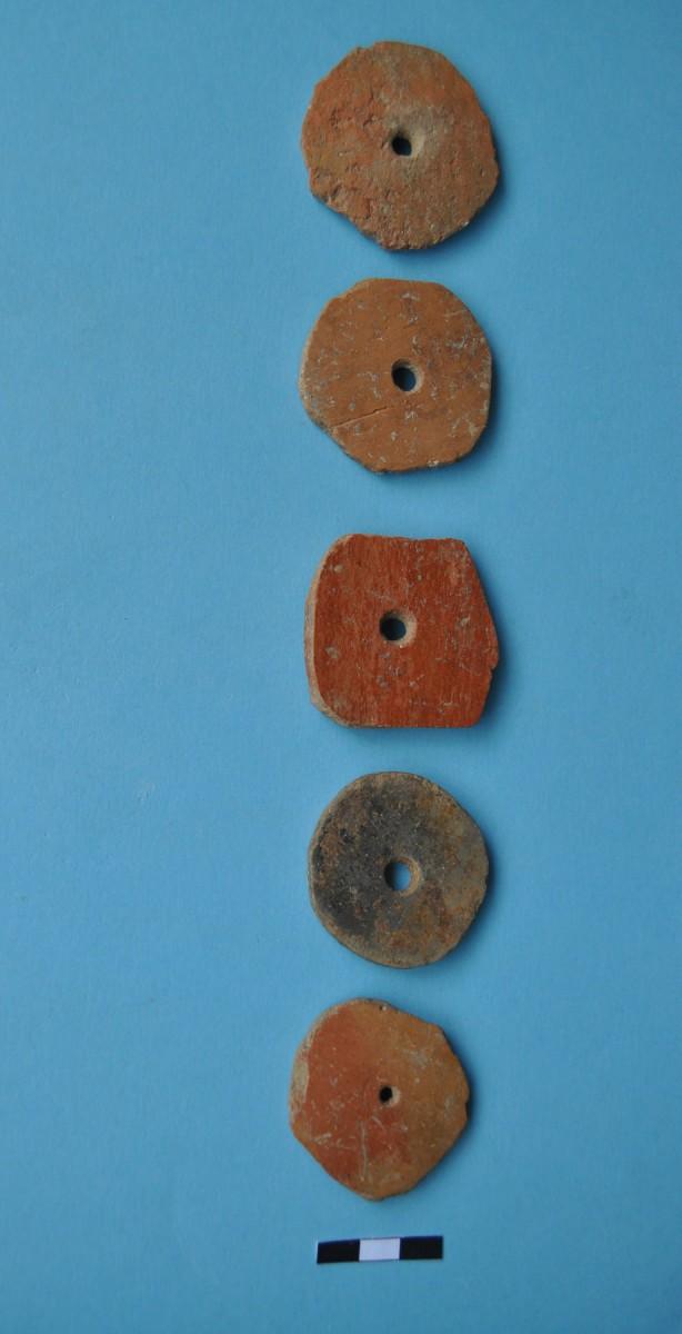 Εικ. 6. Αποστρογγυλεμένα όστρακα με οπή στο μέσο – σφοντύλια.