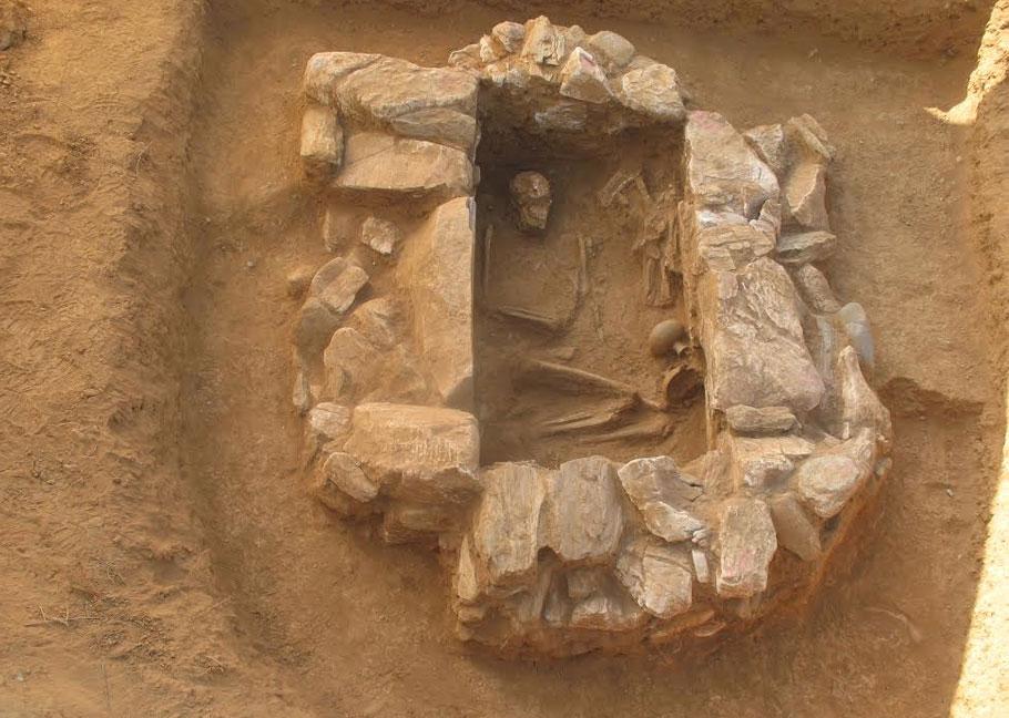 Aσύλητος λιθόκτιστος κιβωτιόσχημος τάφος των μυκηναϊκών χρόνων που ήρθε στο φως στο πλαίσιο έργου βελτίωσης της επαρχιακής οδού Ντίπι-Παπάδος-Πλωμάρι (φωτ. lesvospost.com).