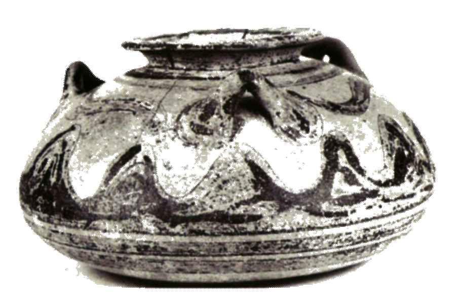 Εικ. 12. Τρίωτο αρτόσχημο αλάβαστρο, συμπληρωμένο και συγκολλημένο, από τον τάφο ΧIV. Ανοικτός καστανός πηλός με ομοιόχρωμο επίχρισμα και καστανόμαυρη διακόσμηση με ταινίες και μοτίβο δικάμπυλων τόξων. Η εξωτερική επιφάνεια της βάσεως διακοσμείται με δύο ομάδες ομόκεντρων κύκλων. Ο λαιμός, το χείλος και οι τρεις δακτυλιόσχημες λαβές καλύπτονται από βαφή (ύψος: 0., 77μ.).