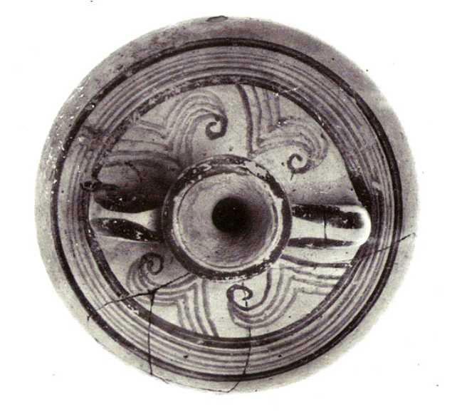 Εικ. 15. Φλάσκη (άνω όψη), συμπληρωμένη και συγκολλημένη, από τον τάφο VIII.