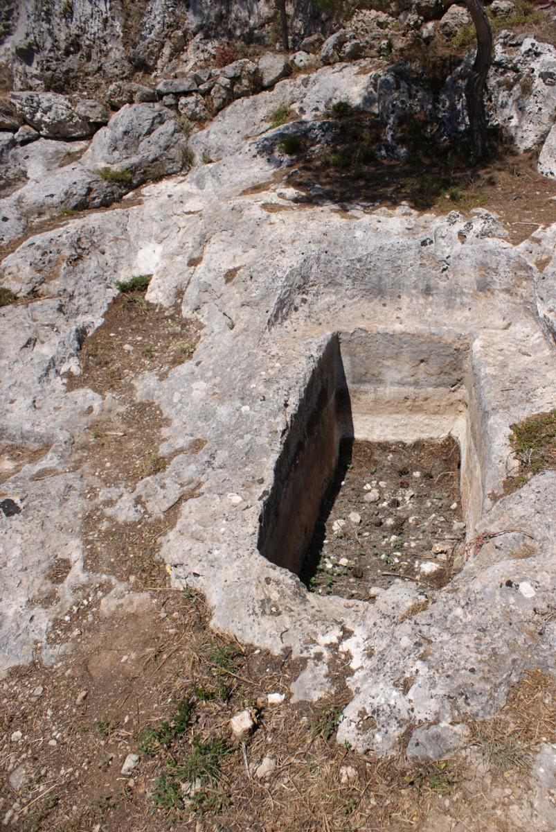 Εικ. 6. Τάφος V. Ο λάκκος έχει διαστάσεις 1,84x0,80μ. και βάθος 0,80μ. Βρέθηκε ακάλυπτος και συλημένος, με λίγα όστρακα στο εσωτερικό του.