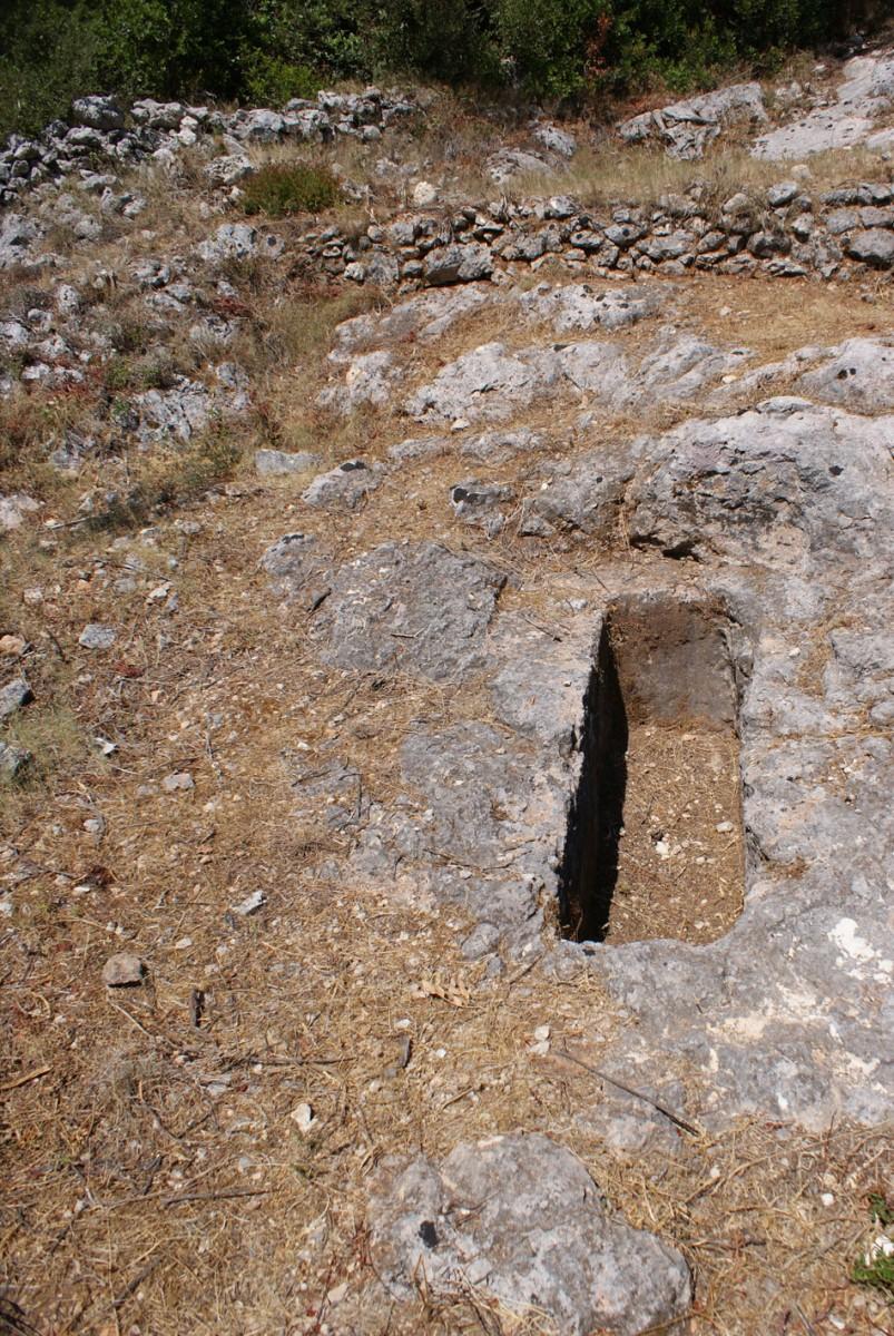Εικ. 7. Τάφος VII. Ο λάκκος έχει διαστάσεις 1,82x0,47μ. και βάθος 1-1,20μ. Βρέθηκε συλημένος, με λίγα όστρακα στο χείλος του τάφου.