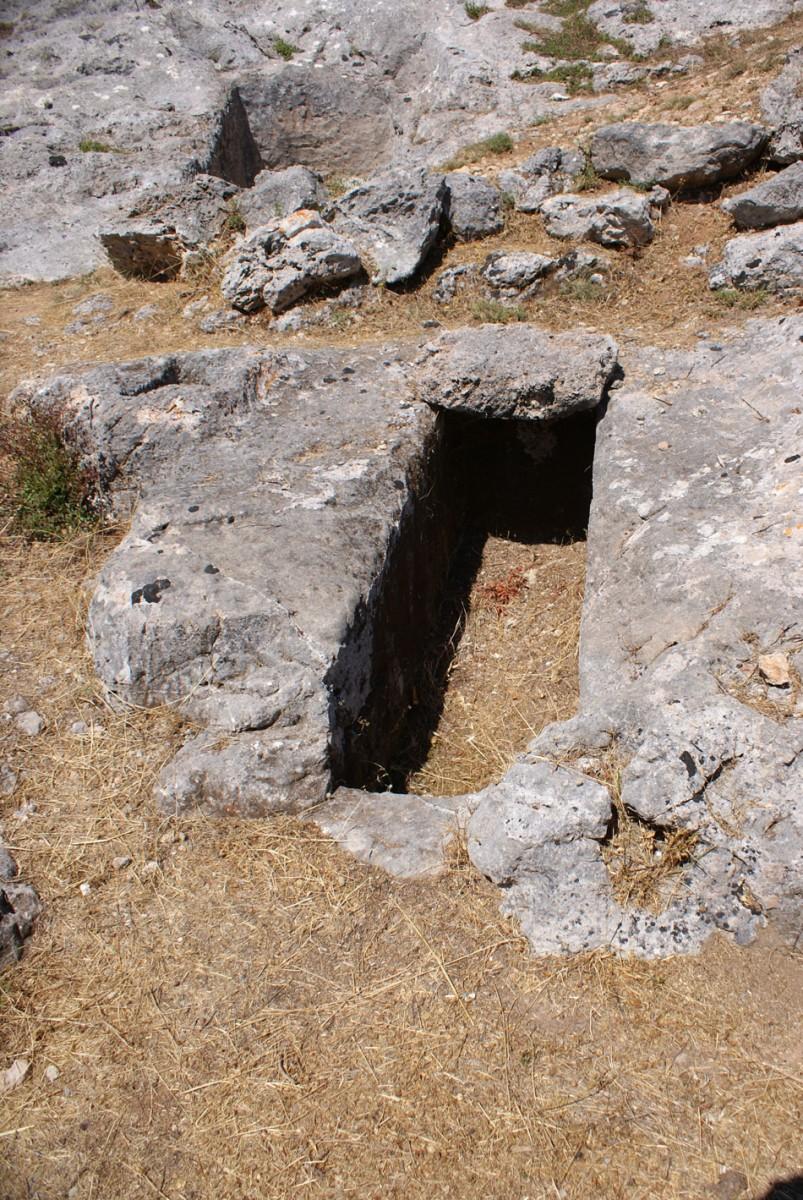 Εικ. 9. Τάφος ΧΙΙ. Ο λάκκος έχει διαστάσεις 1,70x0,54μ. και βάθος 1,07μ. Βρέθηκε ακάλυπτος και συλημένος, με ελάχιστα οστά και τμήματα αγγείων στο εσωτερικό του.
