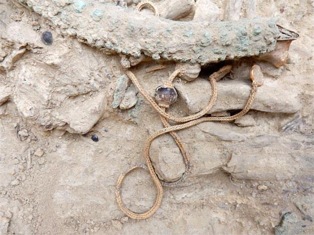 Mια μοναδική και θαυμάσια διατηρημένη χρυσή αλυσίδα βρέθηκε κοντά στο λαιμό του νεκρού (φωτ. ΥΠΠΟΑ).