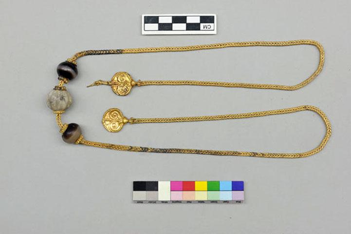Η χρυσή αλυσίδα από τον τάφο στον Άνω Εγκλιανό (φωτ. ΥΠΠΟΑ).
