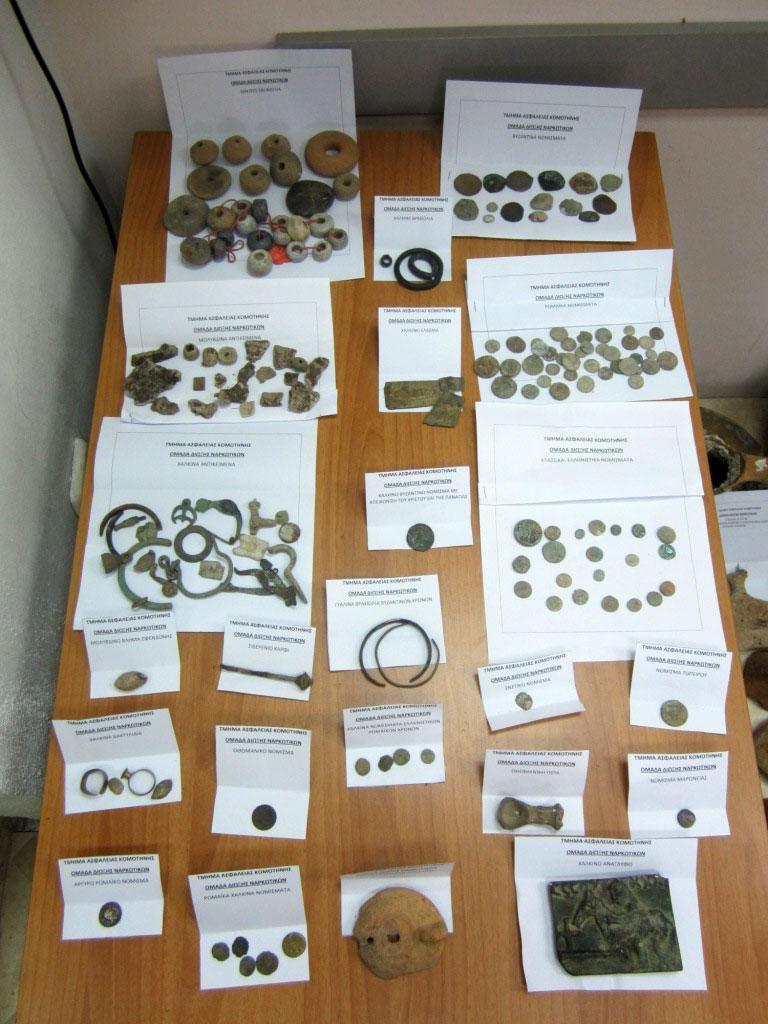 Μέρος των αρχαίων αντικειμένων που εντοπίστηκαν και κατασχέθηκαν σε χωριό της Ροδόπης (φωτ. Ελληνική Αστυνομία).
