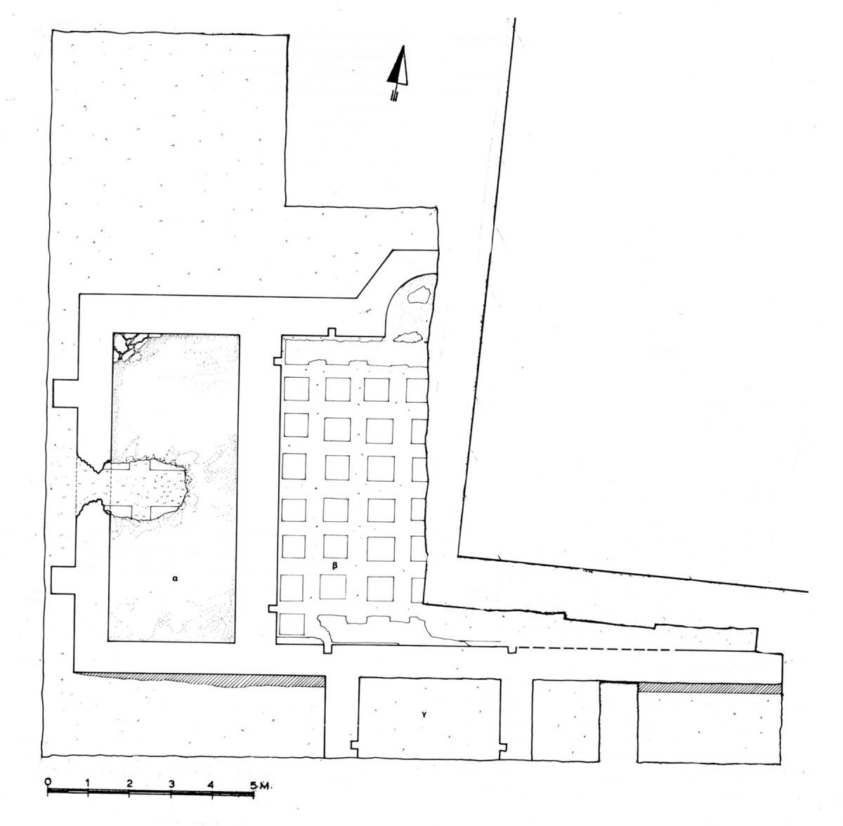 Εικ. 1. Βυζαντινό λουτρό: Κάτοψη στο επίπεδο του δαπέδου (πηγή: Ο. Γκράτζιου, «8η Εφορεία Βυζαντινών Αρχαιοτήτων. Ανασκαφικές εργασίες. Νομός Ιωαννίνων», Αρχαιολογικό Δελτίο, 38 (1983), Β2 Χρονικά, σ. 246).