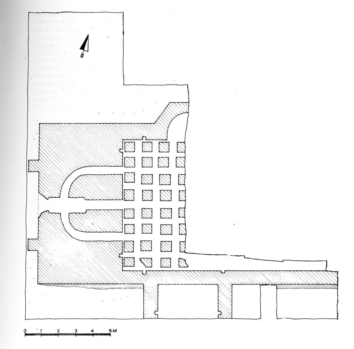 Εικ. 2. Βυζαντινό λουτρό: Κάτοψη στη στάθμη των υποκαύστων (πηγή: Ο. Γκράτζιου, «8η Εφορεία Βυζαντινών Αρχαιοτήτων. Ανασκαφικές εργασίες. Νομός Ιωαννίνων», Αρχαιολογικό Δελτίο, 38 (1983), Β2 Χρονικά, σ. 247).