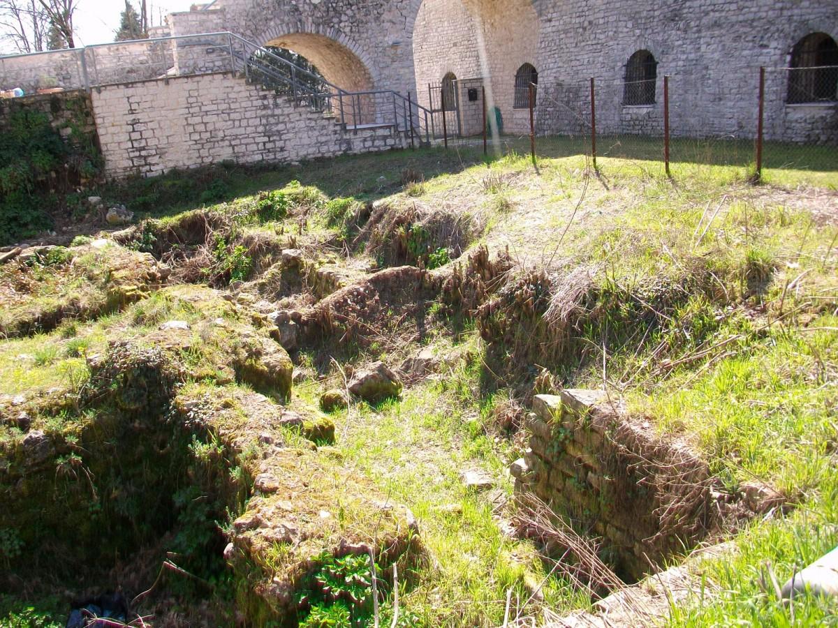 Εικ. 6. Άποψη, από ΒΑ, του πρώτου χώρου του βυζαντινού λουτρού, ο οποίος λειτουργούσε ως δεξαμενή των υδάτων.