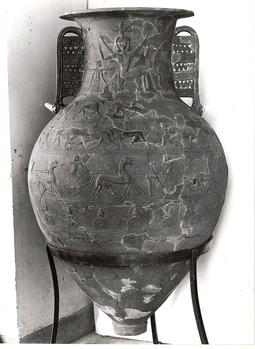 Ανάγλυφος πίθος του 7ου αι. π.Χ. από την Τήνο. Από τη διατριβή του Π. Θέμελη για τα ταφικά μνημεία των πρώιμων ελληνικών χρόνων (Frügriechische Grabbauten, Mainz 1976).