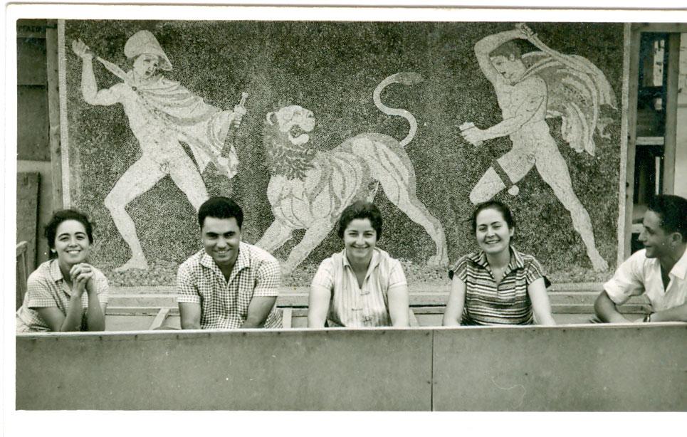 Στην Πέλλα με φόντο το ψηφιδωτό με το Κυνήγι του Λέοντα. Ιωάννα Μανωλεδάκη, Πέτρος Θέμελης, Ευγενία Γιούρη, Αλίκη Τσίκουλα και Σπύρος Τσαβδάρογλου.