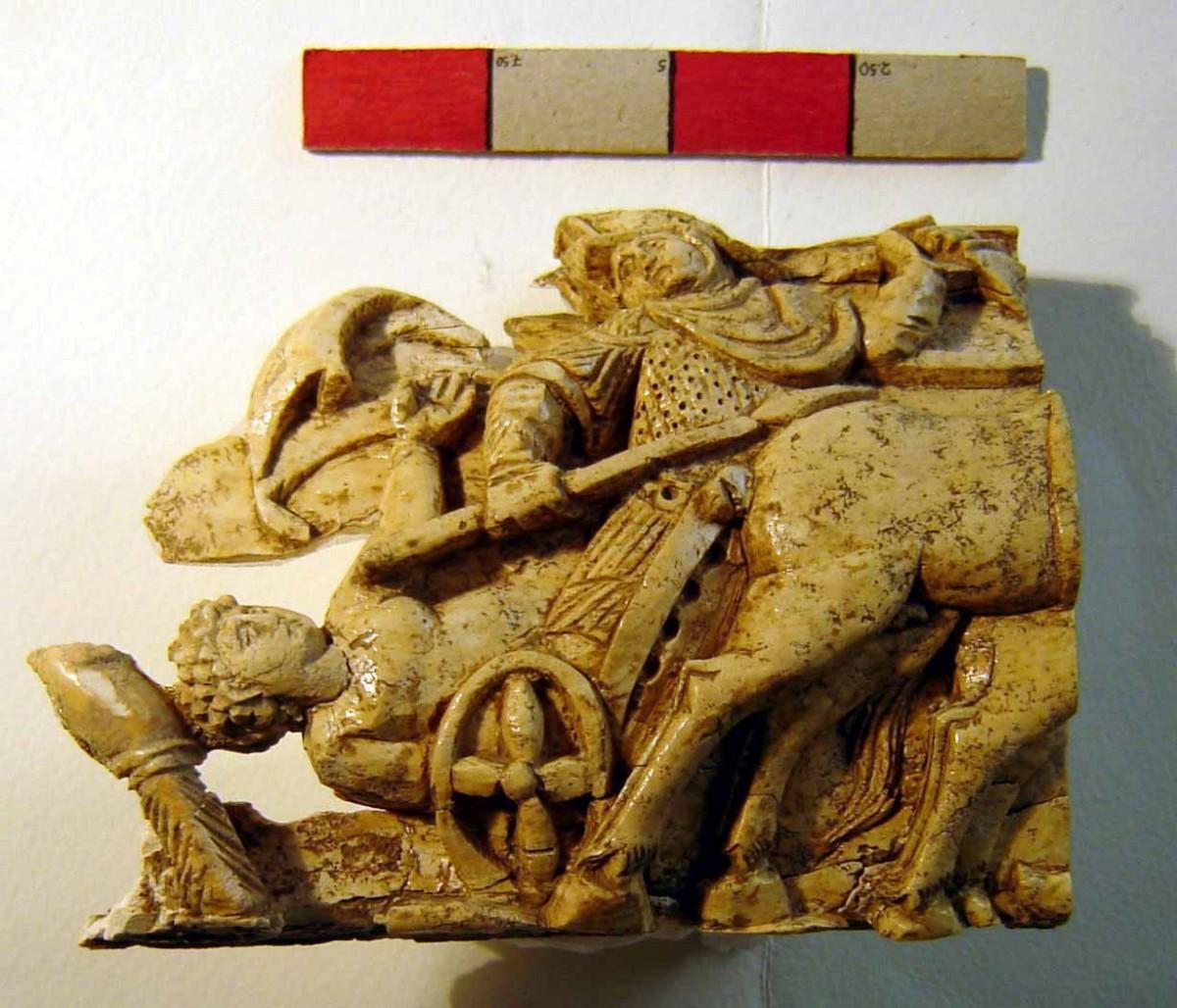 Πλακίδιο από ελεφαντόδοντο του 4ου αι. μ.Χ. Βρέθηκε στην ανασκαφή της  Ελεύθερνας (τομέας I) και εικονίζει τον Αχιλλέα σε άρμα να σέρνει το νεκρό σώμα του Έκτορα.