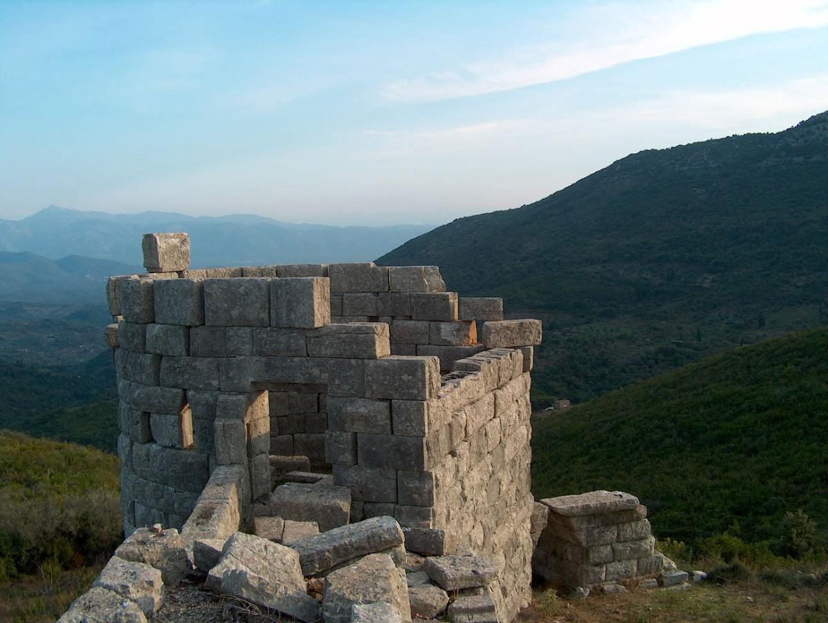 Αρχαία Μεσσήνη, πεταλόσχημος πύργος της οχύρωσης.