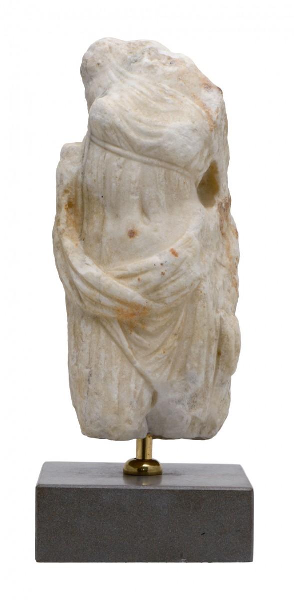 Αγαλμάτιο Αφροδίτης από πεντελικό μάρμαρο. Αρχές 3ου αιώνα π.Χ. Συλλογή Βαλαδώρου, Μουσείο Μπενάκη.