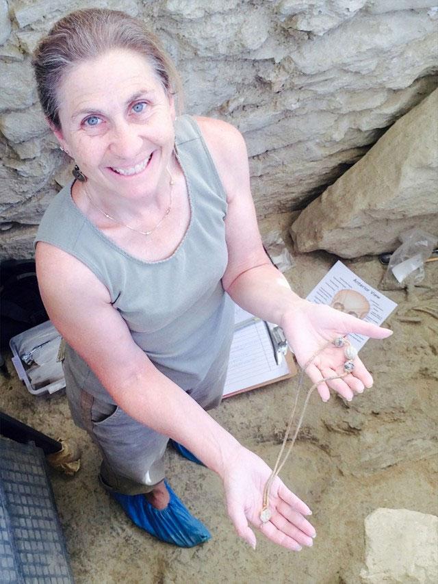 Η αρχαιολόγος Σάρον Στόκερ κρατά τη χρυσή αλυσίδα (φωτ. ΥΠΠΟΑ).
