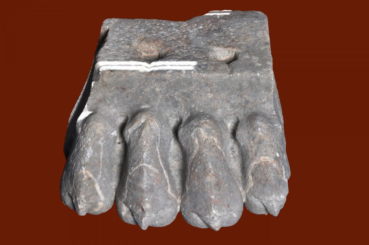 Εικ. 12. Βάση παραστάδας σε μορφή λεοντοπόδαρου. Εμποριό, Ιερό του Λιμανιού, 5ος αι. π.Χ.
