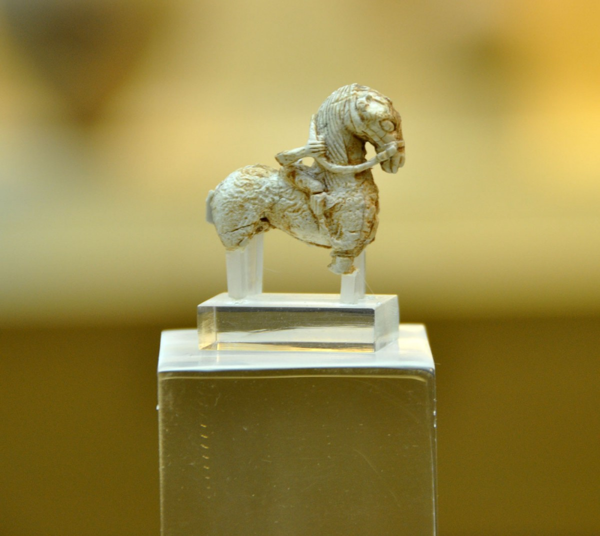 Εικ. 14. Ειδώλιο ίππου με τον αναβάτη του από ελεφαντόδοντο. Μέσα 7ου αι. π.Χ. Εμποριό (Ιερό του Λιμανιού).