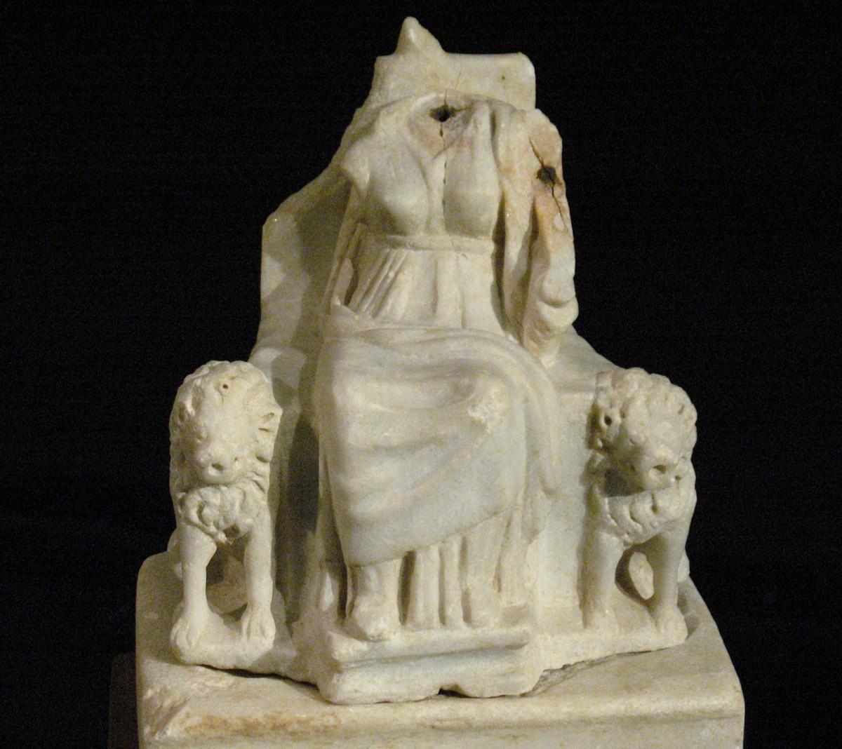 Εικ. 16. Μαρμάρινο αναθηματικό αγαλμάτιο Κυβέλης ανάμεσα σε λέοντες. Με το αριστερό της χέρι κρατά τύμπανο. Τέλος 1ου αι. π.Χ. Πόλης της Χίου (Αγ. Ιάκωβος – οικόπεδο Λουτράρη).