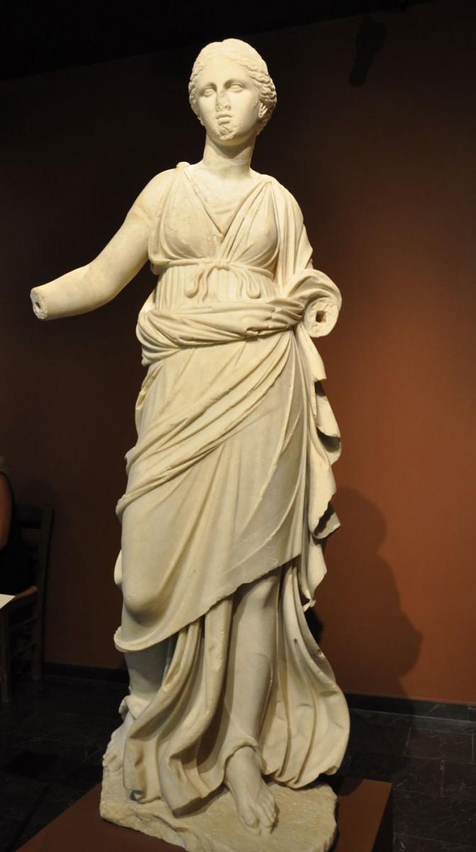 Εικ. 29. Μαρμάρινο άγαλμα Νίκης. Πιθανόν κρατούσε στεφάνι και φιάλη. 2ος αι. μ.Χ. Πόλη της Χίου (Αγ. Ιάκωβος - οικόπεδο Λουτράρη).