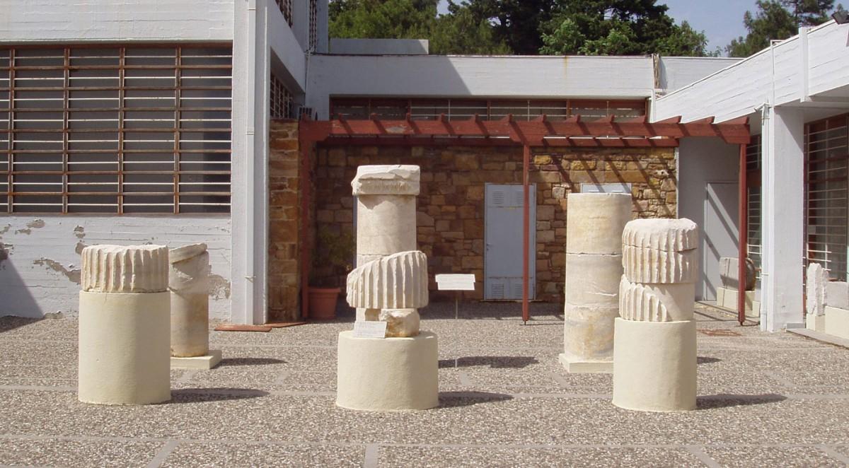 Εικ. 3. Αρχιτεκτονικά μέλη από μικρό ιωνικό ναό, πιθανότατα Ηρακλέους, από τη θέση «Άνω Φανά».